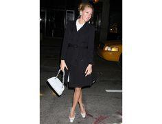 Blake Lively : le sac Chanel A l'inverse, on peut choisir de le porter en version premier degré et très habillée comme Blake Lively lors d'un dîner Chanel justement ! Le sac se porte alors à la main avec un manteau cintré, féminin à souhait.