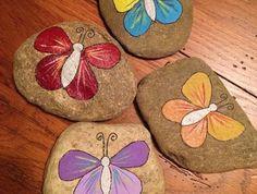 exemple-de-galets-peints-a-la-main-motifs-papillon-activite-manuelle-maternelle-DIY