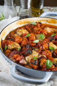 You'll make this one pan baked chicken and chorizo with cherry tomatoes again and again. Just pile chicken, cherry tomatoes, garlic, basil and olive oil into a baking dish and bake. Chicken Recipes Video, Baked Chicken Recipes, Healthy Dinner Recipes, Cooking Recipes, Delicious Recipes, Recipe Tasty, Yummy Food, Guisado, One Pan Chicken