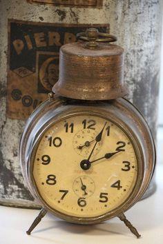 old alarm clock Unique Clocks, Cool Clocks, Retro, Vintage Alarm Clocks, Color Cobre, Old Watches, Pocket Watches, Clock Decor, Clock Wall