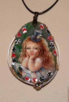 Купить или заказать кулон 'Алиса в Стране Чудес'. в интернет-магазине на Ярмарке Мастеров. Масляная живопись на полудрагоценном камне. Карты из перламутра.