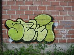 Image from http://graffitialphabeto.com/wp-content/uploads/2011/05/Green-Throw-Ups-Graffiti-Letters-By-Malone-570x427.jpg.