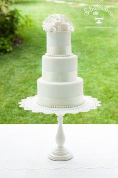 """Coco - """"Schlichtheit ist der Schlüssel zu Eleganz."""" wusste Coco Chanel, wenn es um ihre Modelle ging. Diesem Gedanken folgend besticht dieses Design durch klare Linien, schmale Silhouette und dezenten Schmuck. #Hochzeit #Hochzeitstorte #wedding #weddingcake #cake #Perlen #Zuckerblumen #sugarflowers #Schnabulerie"""
