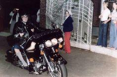 1976 10 04 Avec certains fans  à 03h30 à l'extérieur de la station de gaz de Vickers sur Elvis Presley Boulevard à Memphis