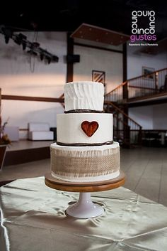 Pastel de boda estilo country/rustico con listón de ixtle. Rustic country wedding cake