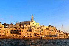 Đam mê du lịch: Hành hương về miền đất hứa Đặt chân đến Tel Aviv hiện đại, sôi động rồi lại đến Jerusalem cổ kính, thật khó để hình dung những nơi này cùng nằm trong một đất nước, cũng như thật khó để đong đếm nơi nào quyến rũ hơn. Nhưng có lẽ giống như quá khứ, những điều xưa cũ vẫn thường khiến chúng ta khó quên hơn cả. Tôi tự hào vì đã đặt chân đến miền đất thiêng Jerusalem và khâm phục khả năng xây dựng những thành phố hiện đại mọc lên từ núi đá của người Israel.
