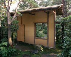 [Omote senke] tea room: Nakakuguri (Crawl-through gateway).  [表千家不審菴]表千家の茶室と露地:中潜(なかくぐり)