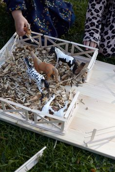 A paddock made of ice cream sticks for small horse lovers button sheriff Barn Crafts, Diy And Crafts, Diy For Kids, Crafts For Kids, Easy Flower Painting, Festa Toy Story, Toy Barn, Train Table, Diy Projects For Beginners