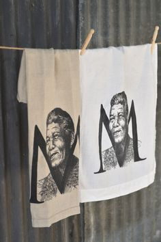 A generously sized stonewashed linen cloth, printed with a hand drawn image of Nelson Mandela.  Manufactured in India and imported by Masquerade Printed in South Africa Made from 100% linen, woven from Belgium linen flax Enzyme washed (stone washed) to enhance the soft and floppy texture Product detail: – 2cm hem with pulled thread detail on one end – Size: 50cm x 70cm – Colour option: pure white or natural linen Designed by and exclusive to Masquerade