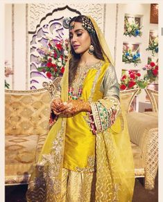 We sure loved Iqra Aziz as Chanda in the hit Hum TV Drama- Suno Chanda. How beautiful did she look in her ensemble. LOVE the entire look! Pakistani Formal Dresses, Pakistani Wedding Outfits, Pakistani Wedding Dresses, Pakistani Dress Design, Bridal Outfits, Indian Dresses, Pakistani Mehndi Dress, Pakistani Couture, Mehndi Outfit