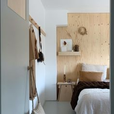 Walls with wooden panels, ceilings with wooden panels, natural wood wall cover, contemporary cabin design, minimalistic cabin design New Bedroom Design, Bed Design, Bedroom Inspo, Interior Design, Wood Panel Walls, Wood Paneling, Contemporary Cabin, Natural Bedding, Minimalist Room