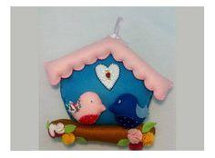 Casinha  de passarinhos azul e rosa e flores de feltro, totalmente bordados  a mão.  Esta casinha fica ótima como enfeite de parede ou decoração para o quarto infantil trazendo delicadeza e beleza a decoração.     Tamanho 21cm de altura