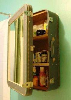 Hoe verzin je het? Koffer hergebruiken als kastje, bijvoorbeeld in de badkamer.