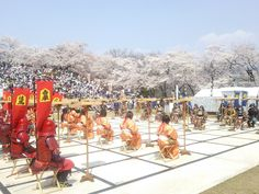 天童さくらまつりの人間将棋(山形県天童市城山)※桜の見頃に合わせて4月中~下旬の毎週土・日のみ開催。