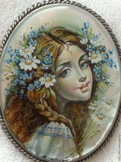 Изотова Марина _ Весенняя (брошь) _ белый, коричневый, ромашки, незабудки, девушка, весна, лаковая миниатюра