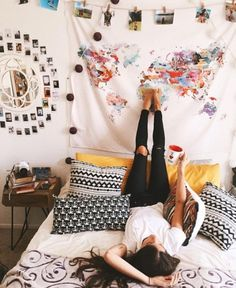 Hanging a tapestry is an easy way to decorate your dorm room on a budget! Hanging a tapestry is an easy way to decorate your dorm room on a budget! The post Hanging a tapestry is an easy way to decorate your dorm room on a budget! appeared first on House. Uni Room, College Room, Dream Rooms, Dream Bedroom, Room Goals, Decoration Design, Home And Deco, House Rooms, Living Rooms