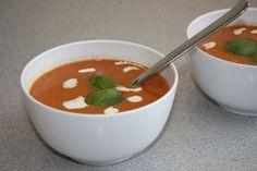 Sinds ik verse tomatensoep heb geproefd, wil ik niet meer anders. Tomatensoep uit blik vind ik vaak niet zo lekker omdat het aan de zoetige kant is. Ik wil graag aan jullie laten zien hoe ik mijn t... Malteser Cake, Soups And Stews, Tapas, Food To Make, Slow Cooker, Nom Nom, Paleo, Food And Drink, Veggies