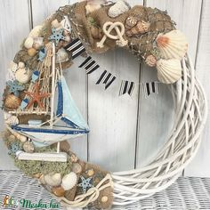 Nyári ajtódísz (Lahome) - Meska.hu Beach Themed Crafts, Shell Wreath, Beach Bathrooms, Seashell Crafts, Summer Diy, Beach Themes, Grapevine Wreath, Sea Shells, Crafty