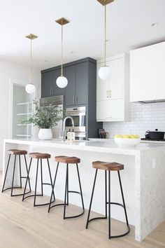 grey kitchen interior Elegant White Kitchen Interior Designs Modifying your kitchen flooring is one of the greatest ideas to provide the kitchen with a zazzy new appearance. White Kitchen Interior, Home Decor Kitchen, Interior Design Kitchen, New Kitchen, Kitchen White, Kitchen Wood, Kitchen Ideas, Modern White Kitchens, Kitchen Cabinets