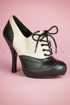 These50s Classy Cream and Black Lace Up Booties by Pinup Couture are real eyecatchers!The outside is covered in contrasting beige-cream faux leather in aclassy chic brogue style with elegant detailing. Finished off with black lacing on top and a comfy heel with a small platform sole for a perfect fit, ideal! The padded insole ensures a comfy fit throughout the day ánd night ;)