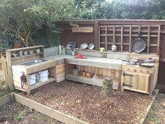 Garden ideas diy pallet mud kitchen new ideas Outdoor Play Spaces, Kids Outdoor Play, Kids Play Area, Backyard For Kids, Outdoor Fun, Outdoor Play Kitchen, Rustic Outdoor, Outdoor Kitchens, Natural Playground