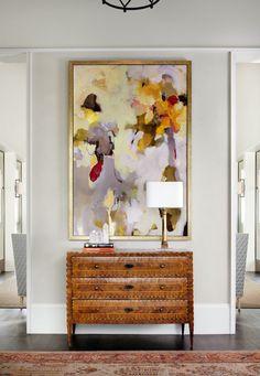 Хорошее сочетание комода и абстрактной картины в интерьере