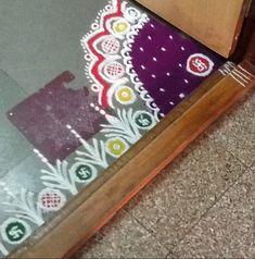 Border rangoli designs are usually made at the entrance of pooja room or the house. People also make border rangoli along the exterior wall of the house. Rangoli Designs Photos, Colorful Rangoli Designs, Rangoli Designs Diwali, Beautiful Rangoli Designs, Rangoli Colours, Rangoli Patterns, Diwali Rangoli, Easy Rangoli, Flower Petals
