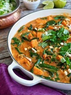 GRØNNSAKSCURRY med søtpotet, spinat og linser i 5 steg Food Inspiration, Thai Red Curry, Nom Nom, Food And Drink, Vegetarian, Vegetables, Eat, Cooking, Ethnic Recipes
