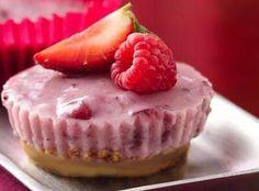 YOGURT A CHEESECAKE: Per 2 porzioni: n. 2 vasetti yogurt magri alla frutta, n. 6 biscotti digestive piccoli, gr. 5 colla di pesce, pezzetti di frutta per decorare. Mettere in acqua fredda la gelatina. Scaldare 1 cucchiaio latte e sciogliere la gelatina, aggiungerla allo yogurt. Dividere lo yogurt in 6 pirottini e mettere in frizer per 1 ora. Togliere dal frizer, sovrapporre un biscotto e rovesciare. Mettere in frigorifero per 1 giorno. PORZIONI WW: 1 latte 1 carb. chiaro