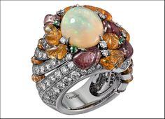 Étourdissant Cartier, anello in platino, con un opale Etiope ovale taglio cabochon di 4,18 carati , granati color mandarino e melanzana incisi, perline di granati, zaffiri colorati e tsavoriti e diamanti taglio brillante