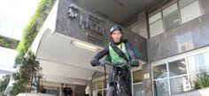 Entrega de exames do HCor agora é feita de bike   Diário de S. Paulo