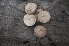 PA  OLI PROJECT - Loveat!© - #We_Loveat - Un homenaje a nuestro patrimonio agroalimentario con una amplia selección de alimentos del territorio que conoces de siempre, para tener en tu despensa, la herencia de variedades locales tradicionales. Te ofrecemos una suculenta selección de básicos que no siempre se encuentran en el mercado. Contactamos con los agricultores y te los servimos en casa. Cookies, Personalized Items, Desserts, Food, Home, Farmers, Butler Pantry, Food Items, Crack Crackers