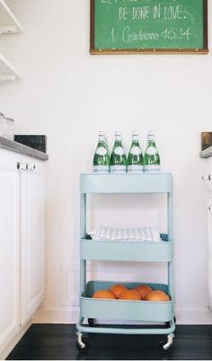 コンパクトだから狭いキッチンの中でも邪魔にならないワゴンです。 普段良く使うアイテムは出しっぱなしにしておきたい。 お水やオレンジなどの食材に、キッチンタオル。ごちゃごちゃさせないのもオシャレに見せるコツ。