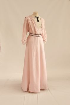 Heather Firbank's 1908 day dress recreated for Janet Arnold. The original garment is currently on show in the V and A museum. Edwardian Gowns, Edwardian Clothing, Historical Clothing, 1900s Fashion, Edwardian Fashion, Vintage Fashion, Look Vintage, Vintage Mode, Vintage Outfits
