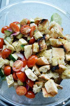 Deliciosa vesión de la clásica ensalada panzanella pero ahora con baguette tostado en la parrilla, tomate, pepino, mozzarella, balsámico y albahaca.