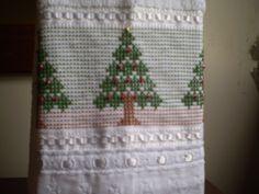 Marca; karsten,100% algodão  Medida:33x50  Cor branca(canelada)  Trabalho; ponto oitinho, com pérola vermelha e dourada.