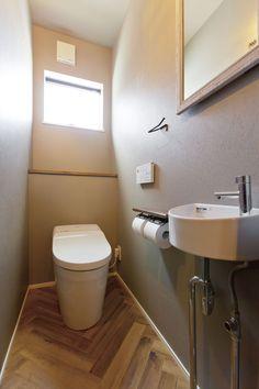 オーナー様のイメージを膨らませて、トイレの床はヘリンボーン貼りに。 床:塩ビタイル 壁・天井:ビニルクロス  #家づくり #マイホーム #インテリア #トイレ #トイレインテリア #interiordesign #interior #restroom #デザオ建設
