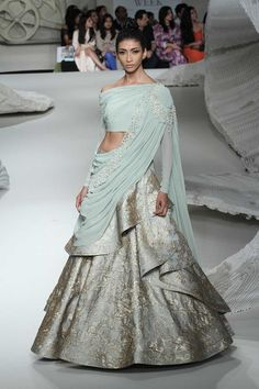 Bridal Couture Week Beautiful Ideas For 2019 Indian Gowns, Indian Attire, Indian Wear, Indian Style, Bollywood Sari, Bollywood Fashion, Indian Wedding Outfits, Indian Outfits, Indian Reception Outfit