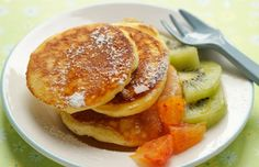 Pancake con miele e frutta fresca