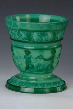 Vase, Schlevogt Böhmen, 1930er Jahre, dickwandiges sog. Malachitglas in die Form geblasen, umlaufender Fries mit Amoretten und Weinlaub, H.ca. 17.5cm