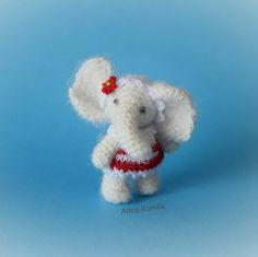 Дуняша. Рост 4.2см. Самостоятельная. Платье и повязка снимаются. Голова и конечности подвижны. #амигуруми #миниатюра #вяжутнетолькобабушкиноимамочки #вязаниекрючком #идеи #игрушка #вязаниеназаказ #творчество #творчествобезграниц #слоник #amigurumi #hobby #handcraft #miniatures #elefant #fabbyfeed