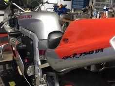 Yosh side mount battery box. Suzuki Gsx R 750, Gsxr 750, Cars And Motorcycles, Old School, Pilot, Track, Racing, Bike, Vehicles