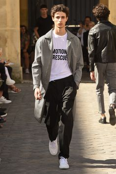 Officine Generale Spring 2018 Ready-to-Wear Fashion Show Collection: See the complete Officine Generale Spring 2018 Ready-to-Wear collection. Look 47 Mens Fashion 2018, Latest Mens Fashion, Urban Fashion, Style Casual, Men Casual, Style Men, La Mode Masculine, Estilo Retro, Fashion Show Collection