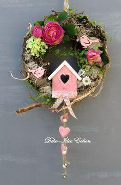♥ ... haltbarer Türkranz... ♥  ♥ ... gefertigt aus viel Wurzeln und Gerankelmaterial (haltbar) ... ♥ ♥ ... Vogelhäuschen, Ranunkeln, Vögelchen  ... ♥ ♥ ... Spitze, tolles Grün, Herzanhänger ... Spring Door Wreaths, Summer Wreath, Couronne Shabby Chic, Seasonal Decor, Fall Decor, Wreath Crafts, Diy Crafts, Christmas Crafts, Christmas Decorations