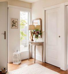 Un recibidor mini Credenza Decor, Dream Decor, Custom Home Designs, Home, Interior Design Living Room, Entryway Decor, Home Staging, Edwards Homes, Home Decor