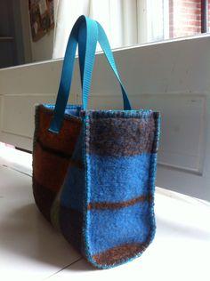 Tas gemaakt van een stuk wollen deken en gevoerd. Speciaal voor Riena gemaakt