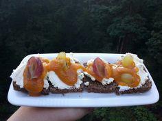 Czarny chleb, serek smietankowy ziolowy, sos mango habanero, winogrona ~ 300kcal #dietporn
