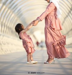 Mommy Daughter Dresses, Mother Daughter Matching Outfits, Mother Daughter Fashion, Mom Dress, Mom Daughter, Baby Family Pictures, Work Dresses For Women, Girl Dress Patterns, Blouse Neck Designs
