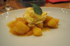 8. und finaler Gang: Karamellisiertes tropisches Obst (Mango, ananas und Banane) mit Dillon-Rum flambiert mit einer Kugel Vanilleeis.