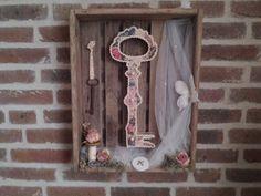 Brocante sleutel in kastje